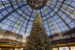 在Galeries拉斐特商店,巴黎,法国的圣诞节装饰 免版税图库摄影
