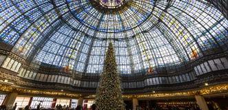 在Galeries拉斐特商店,巴黎,法国的圣诞节装饰 库存照片