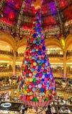 在Galeries拉斐特巴黎人百货商店,巴黎,法国里面的巨型圣诞树 库存照片