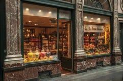 在Galeries Royales圣于贝尔的商店窗口在布鲁塞尔 库存照片
