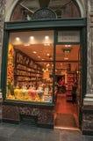在Galeries Royales圣于贝尔的商店窗口在布鲁塞尔 免版税图库摄影