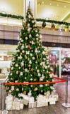 在Galerija Centrs的圣诞树在老里加 库存照片