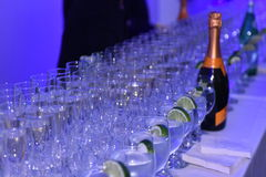 在Galia Lahav新娘时尚星期春天/夏天2017年介绍时打开与玻璃和香槟的酒吧 库存照片