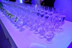 在Galia Lahav新娘时尚星期春天/夏天2017年介绍时打开与玻璃和香槟的酒吧 库存图片