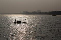 在ganga河的传统小船在日落的kolkata的印度 免版税库存照片