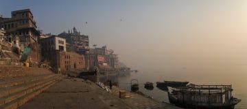 在ganga ghats的清早漫步在瓦腊纳西,北方邦,印度 免版税图库摄影
