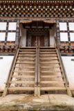 在Gangtey修道院的庄严木入口 免版税库存照片