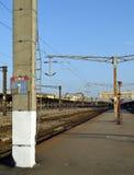 在Gara de Nord,布加勒斯特, R的离开的铁路/铁路平台 免版税库存图片