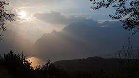 在Garda湖的日落在意大利在一个美好的春天晚上 免版税库存照片