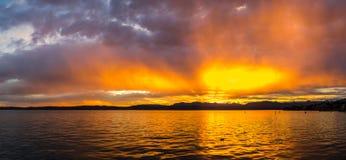 在Garda湖的日落在意大利 免版税库存照片