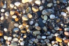 在Gardiners海湾的五颜六色的石头 库存照片