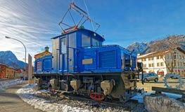在Garmisch-街道的葡萄酒蒸汽引擎活动火车  库存照片