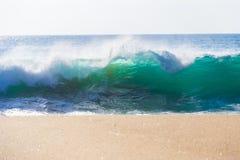 在Garrapata国家海滩的巨大的海浪在大瑟尔,加利福尼亚 库存图片