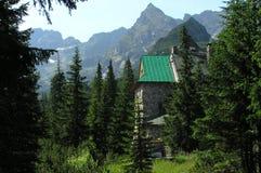 在Gasienicowa谷的一个风雨棚在Tatra山 图库摄影