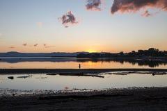 在Gaspesie加拿大的日落与渔夫由后照 免版税库存照片