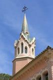 在Gaudi议院博物馆的装饰门面有马赛克塔的,巴塞罗那,西班牙 图库摄影