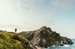 在Gaztelugatxe,西班牙前面的摄影师 免版税图库摄影