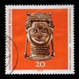 在GDR打印的邮票显示从非洲的古铜色头,莱比锡人种学博物馆  库存照片