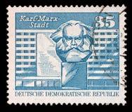 在GDR打印的邮票显示作为卡尔马克思施塔特已知的从1953年到1990年开姆尼茨的图象 免版税库存照片
