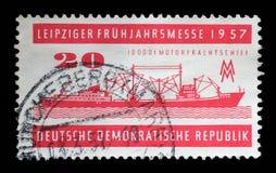 在GDR打印的邮票显示击碎和传动机厂,马格德堡,莱比锡市场 库存照片