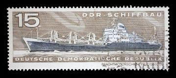 在GDR打印的邮票显示容器货物船舶类型17 12500 tdw 库存图片