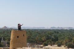 在Gebel elDakrour顶部的Selfie在老镇寺洼绿洲在埃及 免版税库存图片