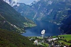 在Geiranger海港的巡航划线员 免版税库存图片