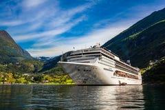 在Geiranger海湾,挪威的巡航划线员 免版税库存照片