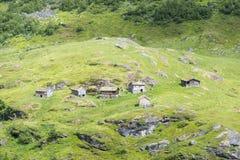 在Geiranger附近的典型的老挪威房子在盖朗厄尔峡湾,挪威 免版税图库摄影