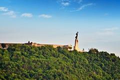 在Gellert小山的自由女神像在布达佩斯夏日 匈奴 免版税库存图片