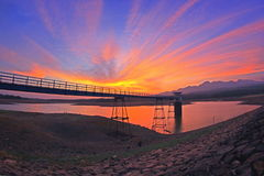 在gembong水库的日落 库存照片
