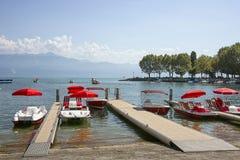 在Geneva湖海湾的红色筏在洛桑, Switzerlan怀有 免版税库存照片