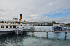 在Geneva湖的小船驻地在市中心 图库摄影