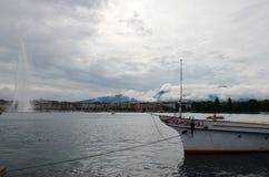 在Geneva湖的小船驻地在市中心 免版税库存照片