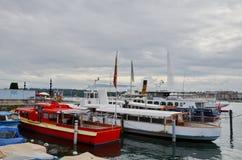 在Geneva湖的小船驻地在市中心 免版税库存图片
