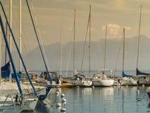 在Geneva湖的美丽的白色帆船atÂ维托口岸 免版税库存图片