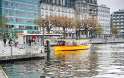 在Geneva湖的黄色水出租汽车 图库摄影
