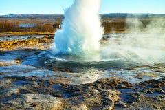 在Geysir,冰岛的Strokkur喷泉 库存图片