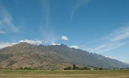 在Gibbston谷,昆斯敦,新西兰附近的风景道路 免版税库存图片
