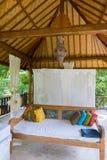 在Gili空气热带海岛上的室外传统卧室 Indones 库存照片