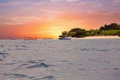 在Gili Meno海岛的传统小船靠岸,印度尼西亚在日落 免版税库存照片
