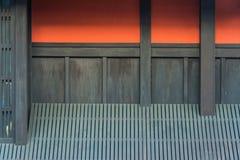在Gion唱腔的红色墙壁在京都 免版税库存照片