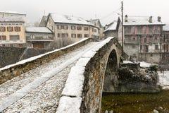 在Giornico onder雪的罗马桥梁在Leventina谷 免版税库存图片