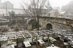 在Giornico onder雪的罗马桥梁在Leventina谷 免版税图库摄影