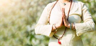 在girl& x27的瑜伽位置; s祷告 免版税库存图片