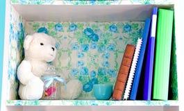 在girl& x27的被设计的书架; s室 免版税库存照片