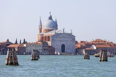在Giudecca海岛上的看法有16世纪天主教II Redentore教会的,威尼斯,意大利 免版税库存照片