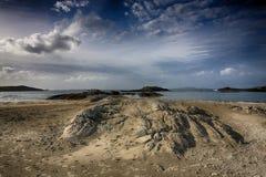 在Glassilaun海滩Connemara的岩石 免版税库存照片