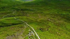 在Glencoe令人敬畏的风景的飞行在苏格兰的高地的 股票视频