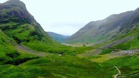 在Glencoe令人敬畏的风景的飞行在苏格兰的高地的 影视素材